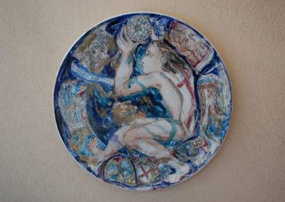 1442 - 1992 Cinquecentenario della scoperta dell'America, piatto in ceramica, II fuoco pittura con terre colorate e vetrificazioni, III fuoco sfumature in oro e platino, cm. 48
