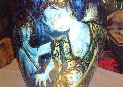I corsi e ricorsi della storia, (tema sull'emigrazione), vaso in ceramica, II fuoco pittura con terre colorate e vetrificazione, III fuoco sfumature e profili in oro e platino, h cm. 50