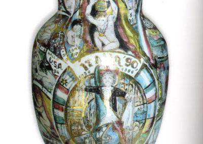 I mondiali di calcio 1990, vaso in ceramica, II fuoco pittura con terre colorate e vetrificazioni, III fuoco sfumature e profili in oro e platino, h. 35 cm