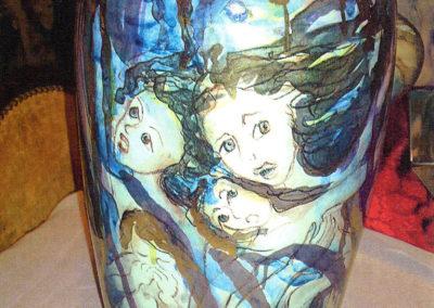 La guerra e la fame nel mondo, vaso in ceramica, II fuoco pittura con terre colorate e vetrificazione, III fuoco sfumature e profili in oro e platino, h cm. 42
